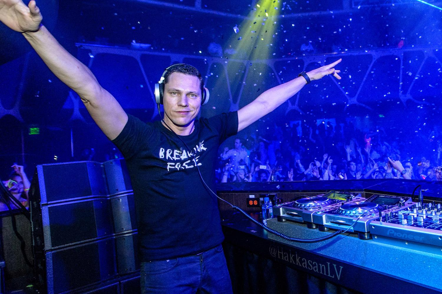 tiesto takes it back to the 90 39 s for 2 hours straight your edm. Black Bedroom Furniture Sets. Home Design Ideas