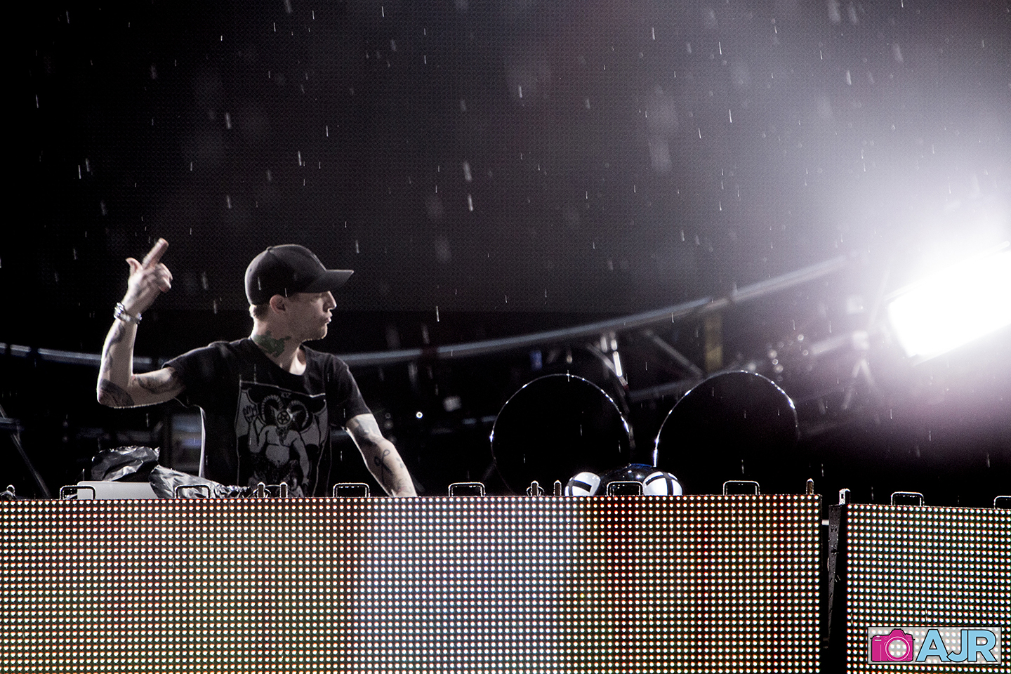 Deadmau5-performs-in-the-rain-on-Main-Stage-at-Ultra-Miami-on-3_29_14030