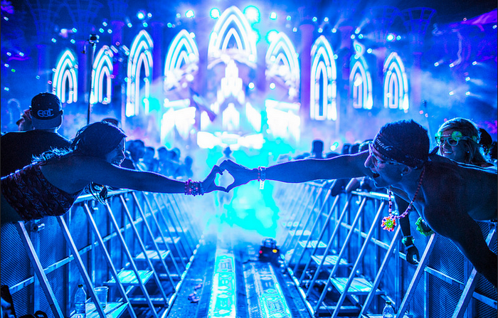 Study reveals dancing in groups is good for your health for Deep house rave